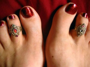 women wearing toe ring
